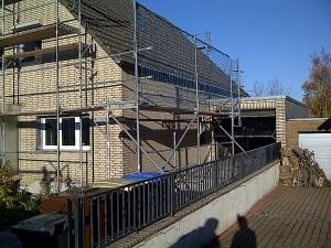 Seitliches Gerüst mit Dachdeckerschutznetz