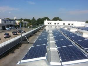 Auf Flachdach montierte Solaranlage/Photovoltaikanlage